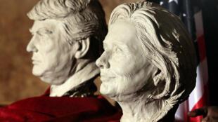 圖為馬德里一家博物館展出特朗普與希拉裡頭像雕塑