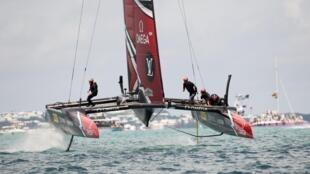 El catamarán del eequipo neozelandés de la última Copa del América, que ganó, navega el 26 de junio del año 2017 en aguas de Hamilton (Nueva Zelanda)