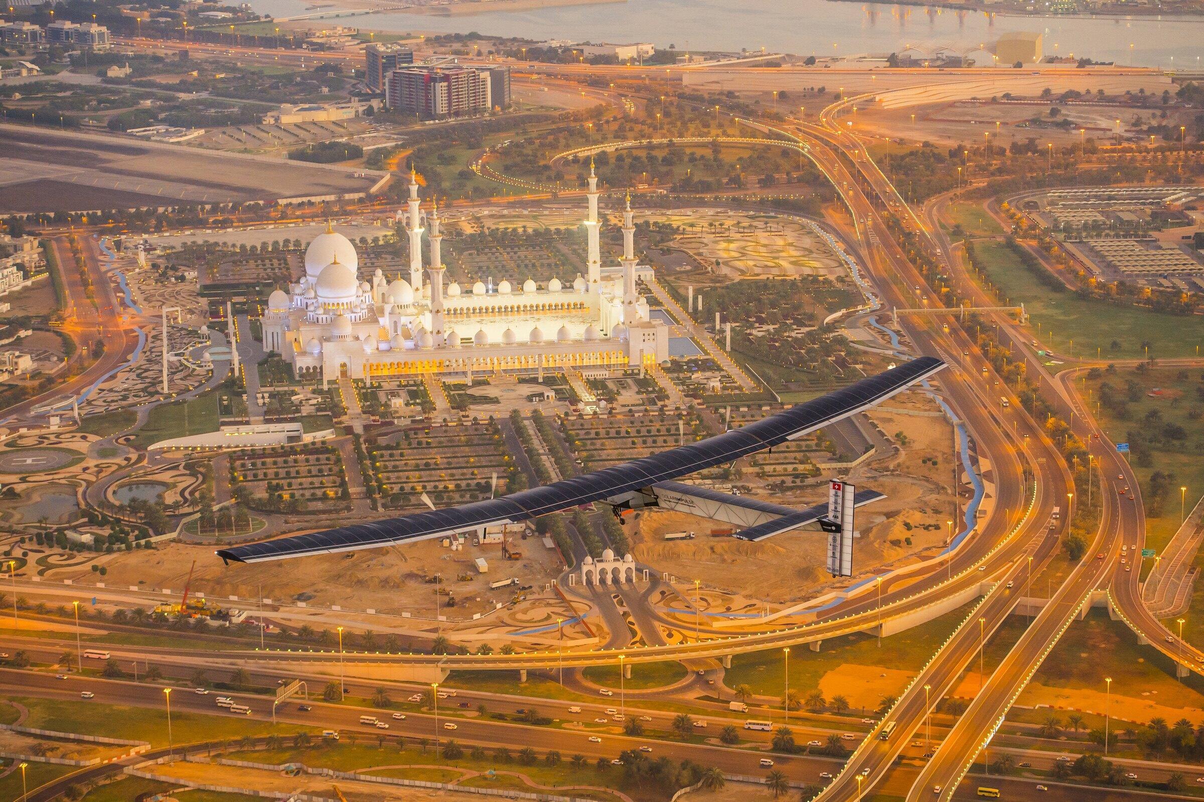 យន្តហោះ Solar Impulse 2 បើកបរសាកល្បងនៅក្រុងអាប៊ូដាប៊ី ថ្ងៃទី ២៦ កុម្ភៈ ២០១៥