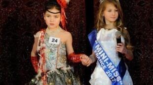 Concurso de mini miss França 2012 . As vencedoras têm 7 e 13 anos.