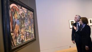 Le Premier ministre français, Jean-Marc Ayrault, au musée du Louvre pour l'exposition « De l'Allemagne : 1800-1939. De Friedrich à Beckmann », le 26 mars 2013.
