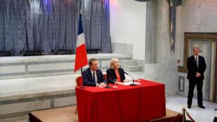 Ứng cử viên cực hữu Marine Le Pen và lãnh đạo đảng dan tộc chủ nghĩa Nước Pháp Đứng Dậy tại cuộc họp báo ngày 29/04/2017 ở Paris (Pháp)