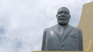 Bangui (République centrafricaine). Entrée du Jardin du Cinquantenaire. Les grands hommes de Centrafrique. Le buste de Jean-Bédel Bokassa.