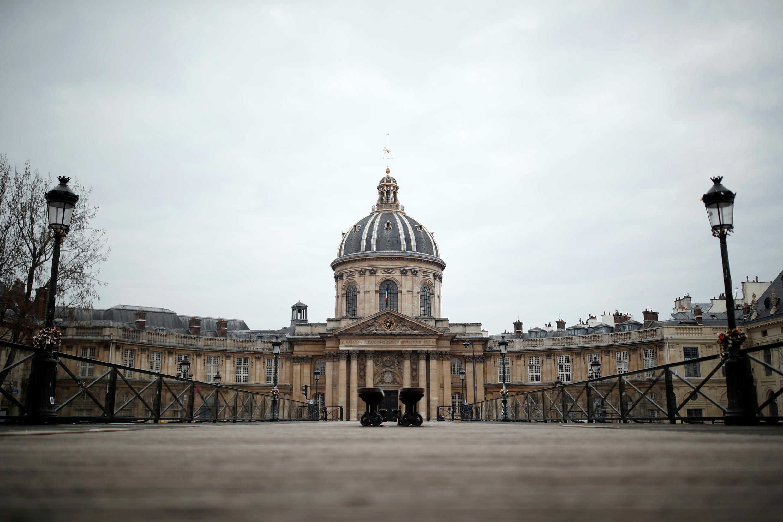 Quang cảnh từ Pont des Arts, trước Viện Hàn Lâm Pháp, không một bóng người do lệnh phong tỏa để đối phó với địch virus corona, Paris, ngày 18/03/2020.
