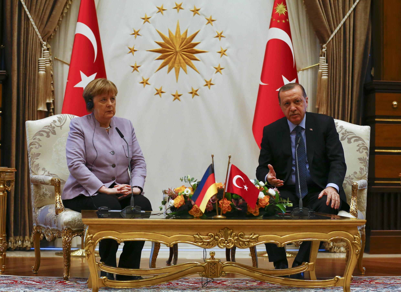Tổng thống Thổ Nhĩ Kỳ Recep Erdogan (P) tiếp thủ tướng Đức Angela Merkel, tại Istanbul, Thổ Nhĩ Kỳ, ngày 18/10/2015