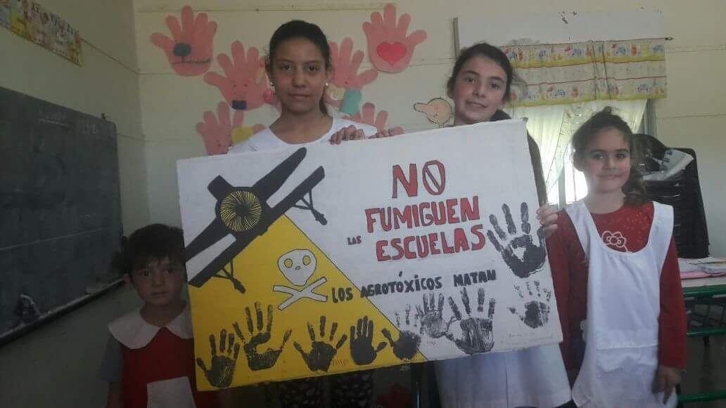 Niñas de una escuela rural de Argentina oiden que no los fumiguen porque les afecta la salud.