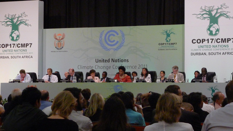 A plenária da ONU, em Durban, apluade a conclusão do acordo na madrugada de domingo 11 de dezembro de 2011.