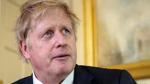 Una imagen publicada por el 10 Downing Street, muestra al Primer Ministro británico Boris Johnson mientras da un discurso televisivo después de regresar tras ser dado de alta del Hospital St Thomas, en el centro de Londres, el 12 de abril de 2020.