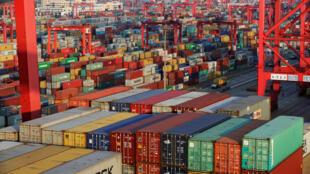 上海洋山深水港等待出口的集裝箱