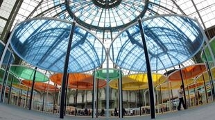"""La instalación """"Excentrique(s)"""" del artista francés Daniel Buren, en el Grand Palais de París."""