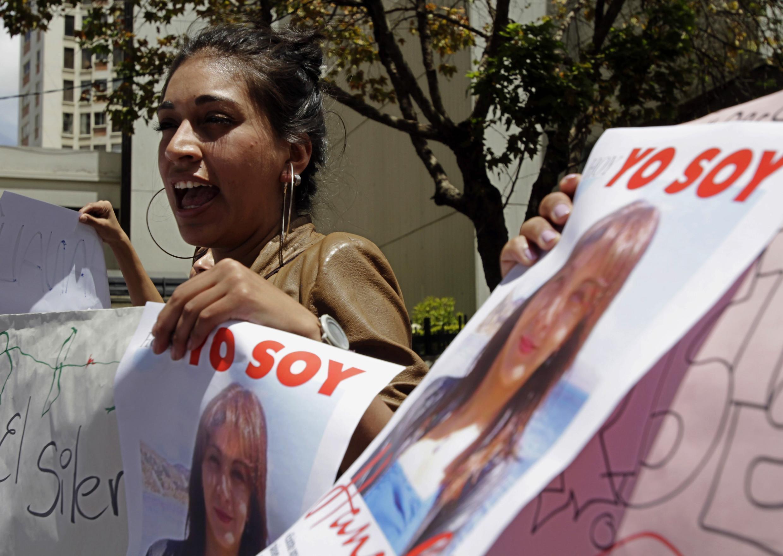 Manifestantes con afiches de Hanali Huaycho, una periodista asesinada por su marido el mes pasado, el 8 de marzo en La Paz en el Día Internacional de la Mujer.