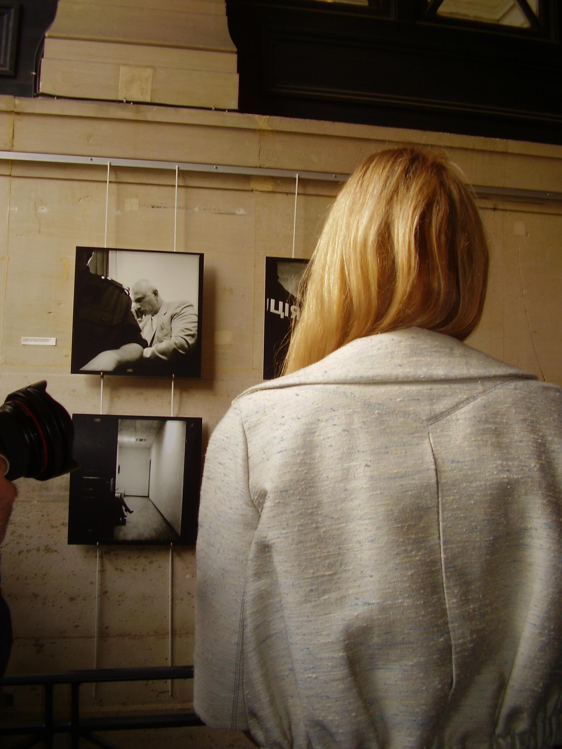 Евгения Тимошенко осматривает фотовыставку, посвященную Юлии 15/06/2012
