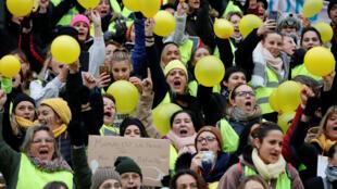 數百名女子黃背心周日走上巴黎街頭抗議