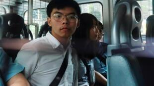 Hoàng Chi Phong, nhà hoạt động dân chủ trẻ tuổi sau khi bị bắt vì tổ chức biểu tình tại Hồng Kông ngày 30/08/2019. Đây cũng là một trong những bức ảnh tiêu biểu của năm 2019 được Reuters chọn.