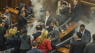 Des gaz lacrymogènes remplissent la chambre du Parlement au Kosovo, le 23 octobre 2015.