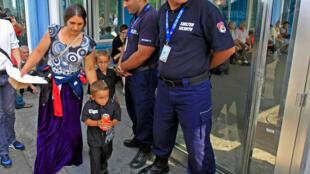 Une famille de Roms avec 300 autres Roms de retour à Bucarest, en Roumanie, le 26 août 2010.