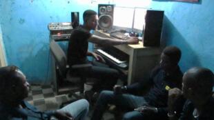 Dans le studio Mac Production, à Bamako. De gauche à droite le chanteur Frando, le propriétaire du studio Ibrahim Maïga et le chanteur Papsy.