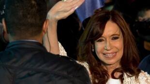 A ex-presidente argentina Cristina Kirchner saúda seus partidários ao chegar a Buenos Aires, em 11 de abril de 2016.
