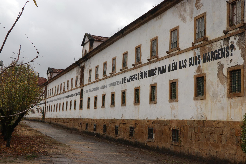 Obra da artista brasileira Marilá Dardot no convento de Santa Clara, em Coimbra.