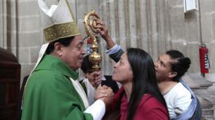 El cardenal Norberto Ribera celebrando una misa el 24 de septiembre de 2017 en la Catedral Metropolitana de México.