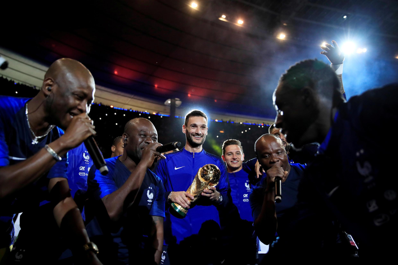 Jogadores franceses voltam a festejar o título mundial após bater a Holanda em primeira partida em casa depois da Copa, 9 de setembro 2018