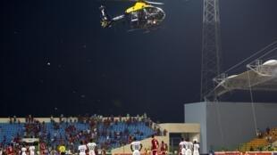 Les spectateurs ont vu l'entrée en scène d'un hélicoptère afin d'effrayer les supporters les plus violents.