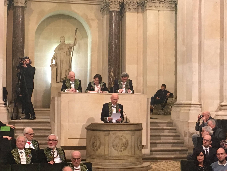 Sebastião Salgado durante discurso na Academia de Belas Artes da França, em Paris (6/12/17)