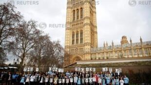 """Thanh niên biểu tình cạnh Quốc Hội Anh đòi trưng cầu dân ý lần 2, Luân Đôn, ngày 12/12/2018. Khẩu hiệu của nhóm: """"They Can't Decide, Let Us People's Vote/Nếu quý vị không quyết được, hãy để cho Nhân dân chúng tôi bỏ phiếu"""""""