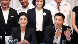 """Ứng cử viên thủ tướng Sudarat Keyuraphan (T), đảng đối lập Pheu Thai và ông Thanathorn Juangroongruangkit, lãnh đạo đảng Tương Lai Mới (P), họp báo chuẩn bị thành lập """"liên minh dân chủ"""", Bangkok, Thailand, March 27, 2019."""