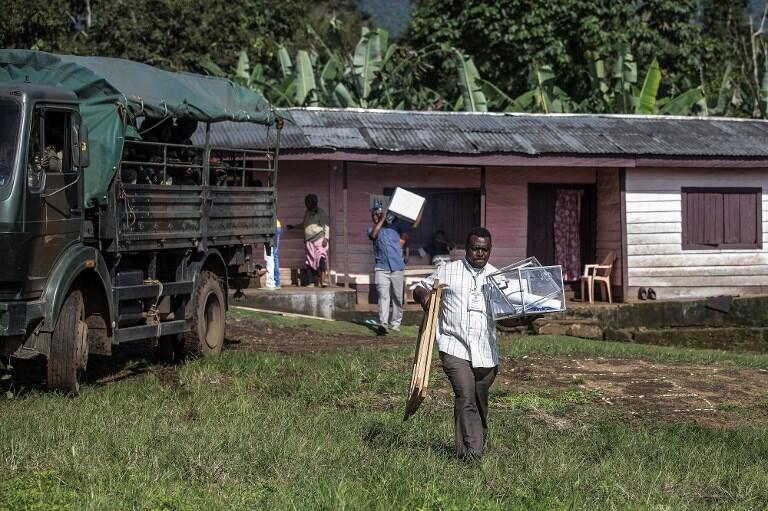 Du matériel électoral est retiré d'un bureau e vote de Mwangai près de Buea en zone anglophone le 7 octobre 2018 à cause de l'insécurité qui règne dans la région.