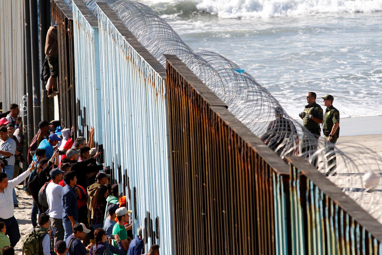 Người nhập cư Trung Mỹ tại biên giới Mêhicô (T) và Mỹ (P), thành phố Tijuana, Mêhicô, ngày 14/11/2018.