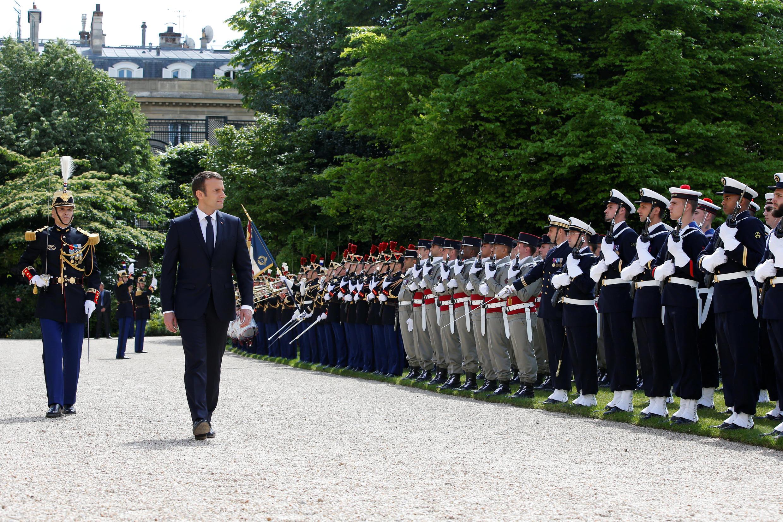 امانوئل ماکرون، هنگام دیدن سان از «گارد جمهوری» در باغ الیزه.