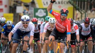 L'Italien Sonny Colbrelli (d) remporte au sprint la 2e étape du Tour de Romandie, le 29 avril 2021 à Saint-Imier (Suisse)