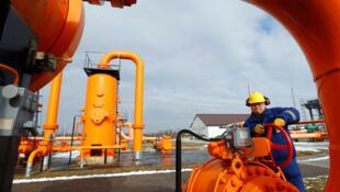 Un ingénieur vérifie le réseau de distribution du gaz à Beregdaroc en Hongrie, un des points de croisement du gaz russe vers l'Union européenne, le 10 février 2015. Poutine visite le Premier Ministre hongrois Viktor Orban ce mardi, 17 février.