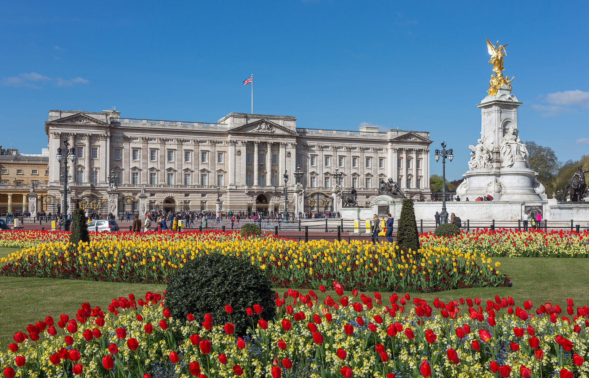 Contacté par le Guardian, Buckingham Palace n'a pas révélé quand cette pratique discriminatoire et raciste a été abandonnée, se contentant d'expliquer que le palais employait du personnel issu des minorités ethniques depuis les années 1990.