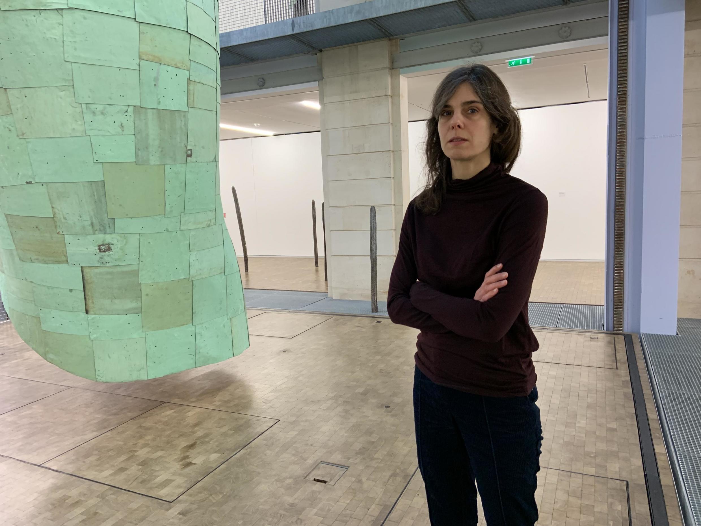 """A artista alemã Katinka Bock com a escultura monumental """"Rauschen"""", em cobre e fibra de vidro."""