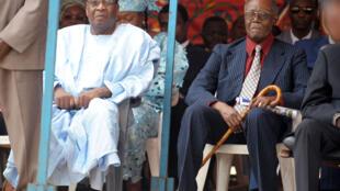 Les anciens présidents tchadiens Lol Mahamat Choua (G) et Félix Malloum (D), le 21 juin 2008 à N'djamena.