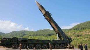 图为朝鲜官方展示的导弹运载及移动发射车