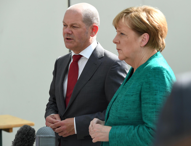 Nữ thủ tướng Đức, Angela Merkel và tân bộ trưởng Tài Chính Olaf Scholz. Ảnh chụp tại Hamburg tháng 7/2017.