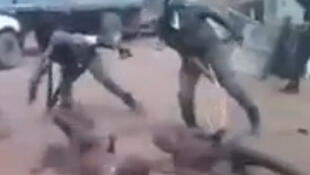 Capture d'écran de la vidéo montrant des membres des forces de l'ordre frappant des jeunes au sol.