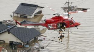 Helicóptero realiza resgate de moradores que tiveram suas casas submersas pelas enchentes em Kurashiki, no sul do Japão.