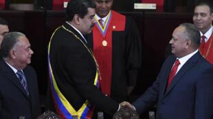 El presidente Nicolás Maduro saluda al jefe de la Constituyente Diosdado Cabello el 31 de enero de 2020