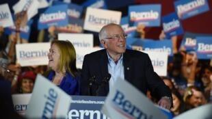 Bernie Sanders  durante um comício em San Antonio(Texas) no momento em que ele era informado sobre a sua vitória nas primárias democratas do Nevada. 22 de Fevereiro de 2020