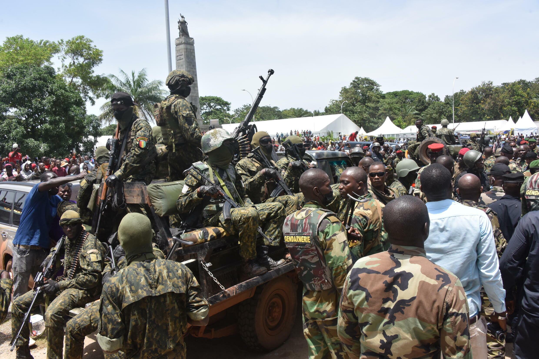 Fuerzas especiales guineanas desfilan aclamadas por el público, dirigiéndose al Palacio del Pueblo en Conakry, el 5 de septiembre de 2021