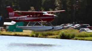 Un hydravion descend pour atterrir à Lake Hood Seaplane Base le 4 juillet 2019 à Anchorage, Alaska.