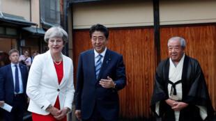 Thủ tướng Nhật Shinzo Abe (G) đón tiếp đồng nhiệm Anh Theresa May (T) tại Kyoto. Ảnh ngày 30/08/2017.