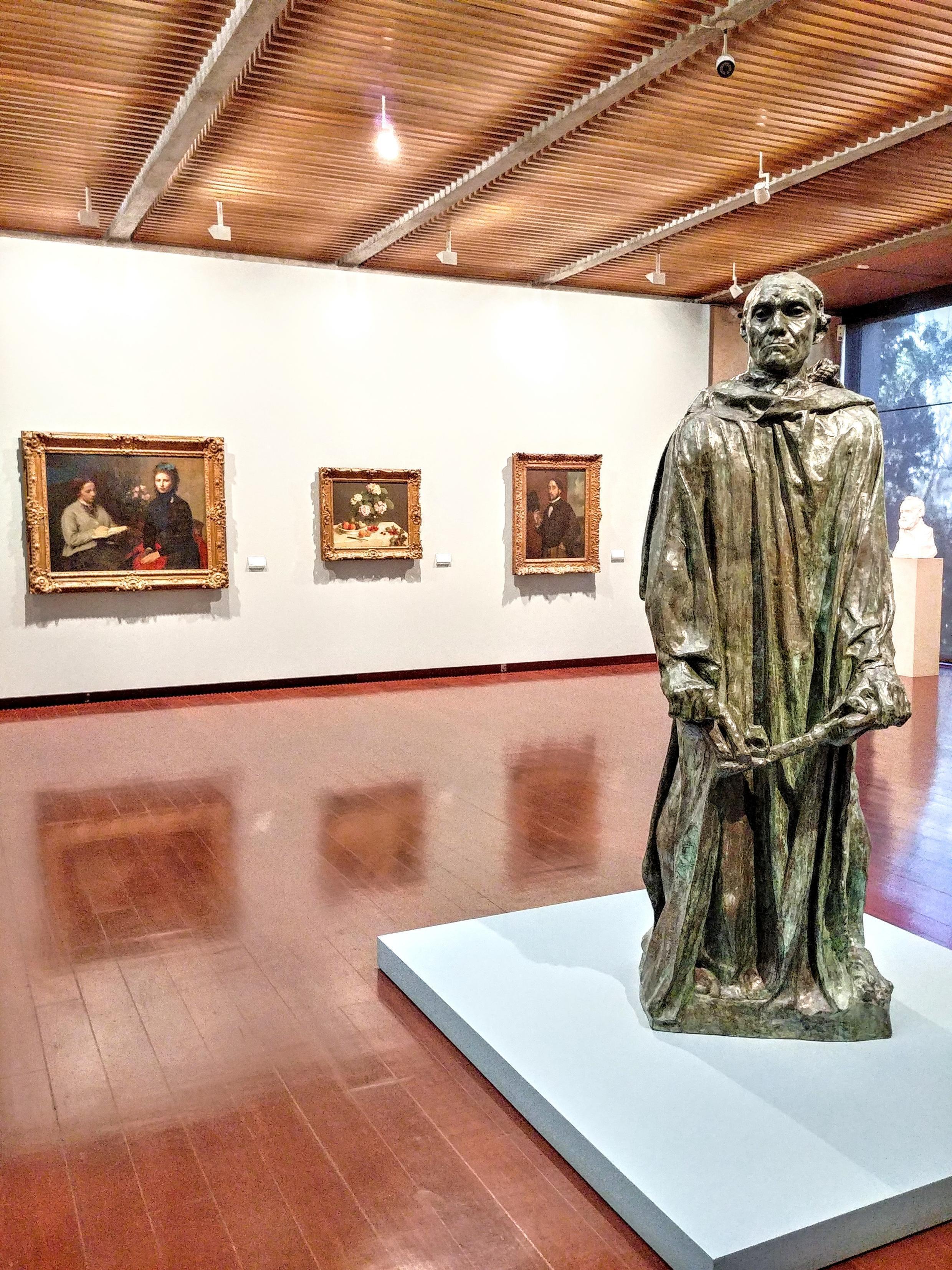 Pho tượng của Rodin đứng giữa phòng trưng bày trường phái ấn tượng