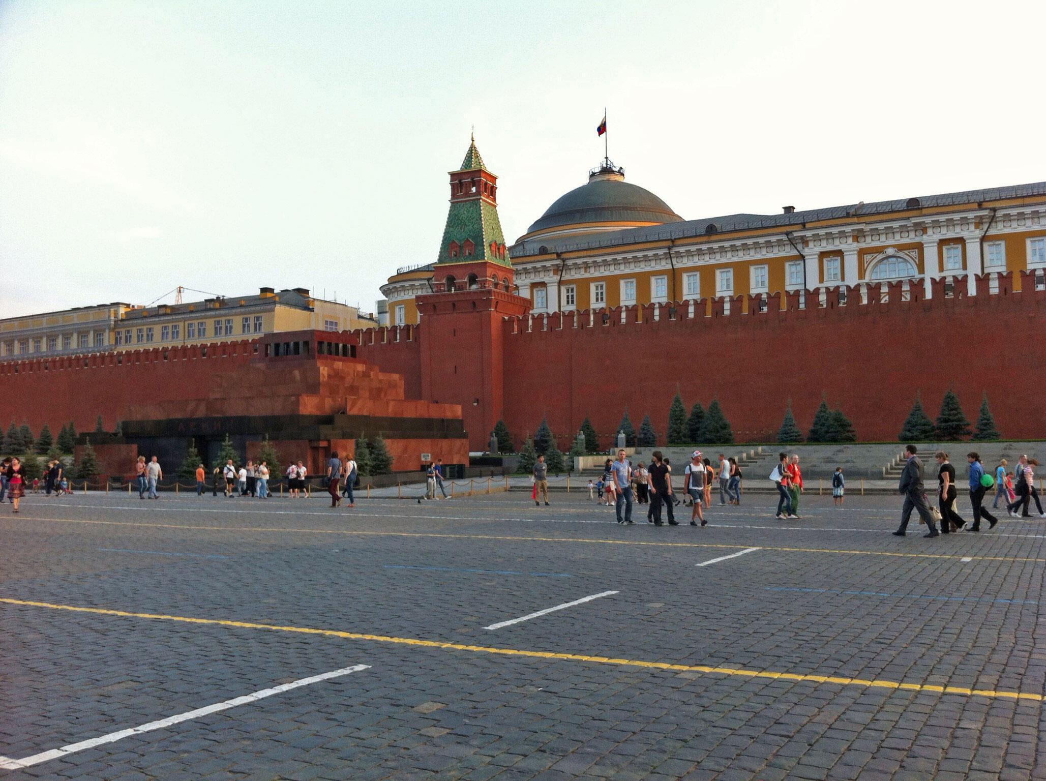 La muraille du Kremlin, avec, en premier plan, le mausolée de Lénine et derrière, les bâtiments jaune-ocre de l'administration présidentielle.