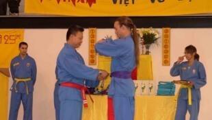Một buổi lễ trao đai cho môn sinh Vovinam Việt Võ Đạo tại Cộng hòa Pháp.