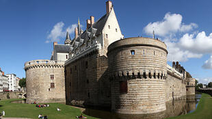 Vue panoramique de la façade du château des ducs de Bretagne à Nantes.